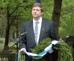 Puheenjohtaja Niilo Kärki laski seppeleen Sankariristille Vantaan Perussuomalaisten puolesta.